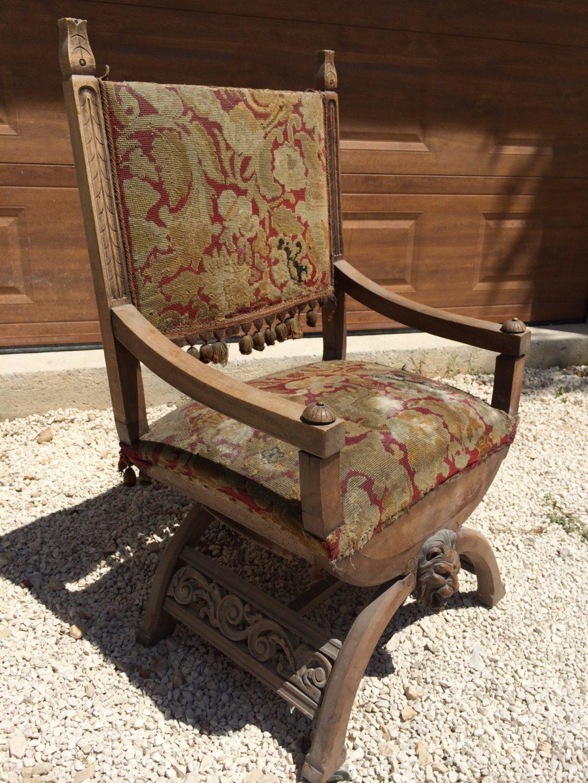 Старинное кресло