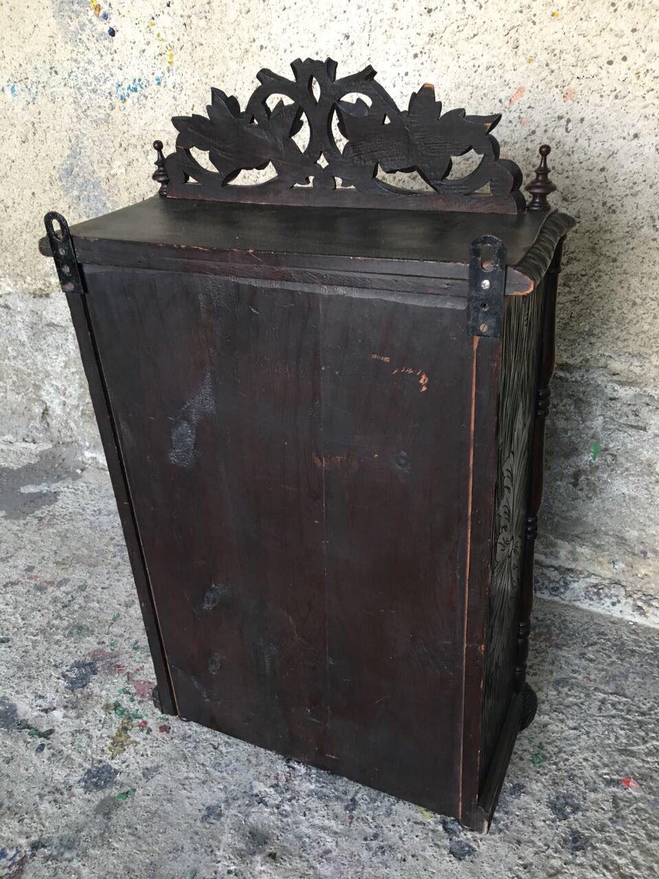 Антикварный ореховый навесной шкафчик 180830081