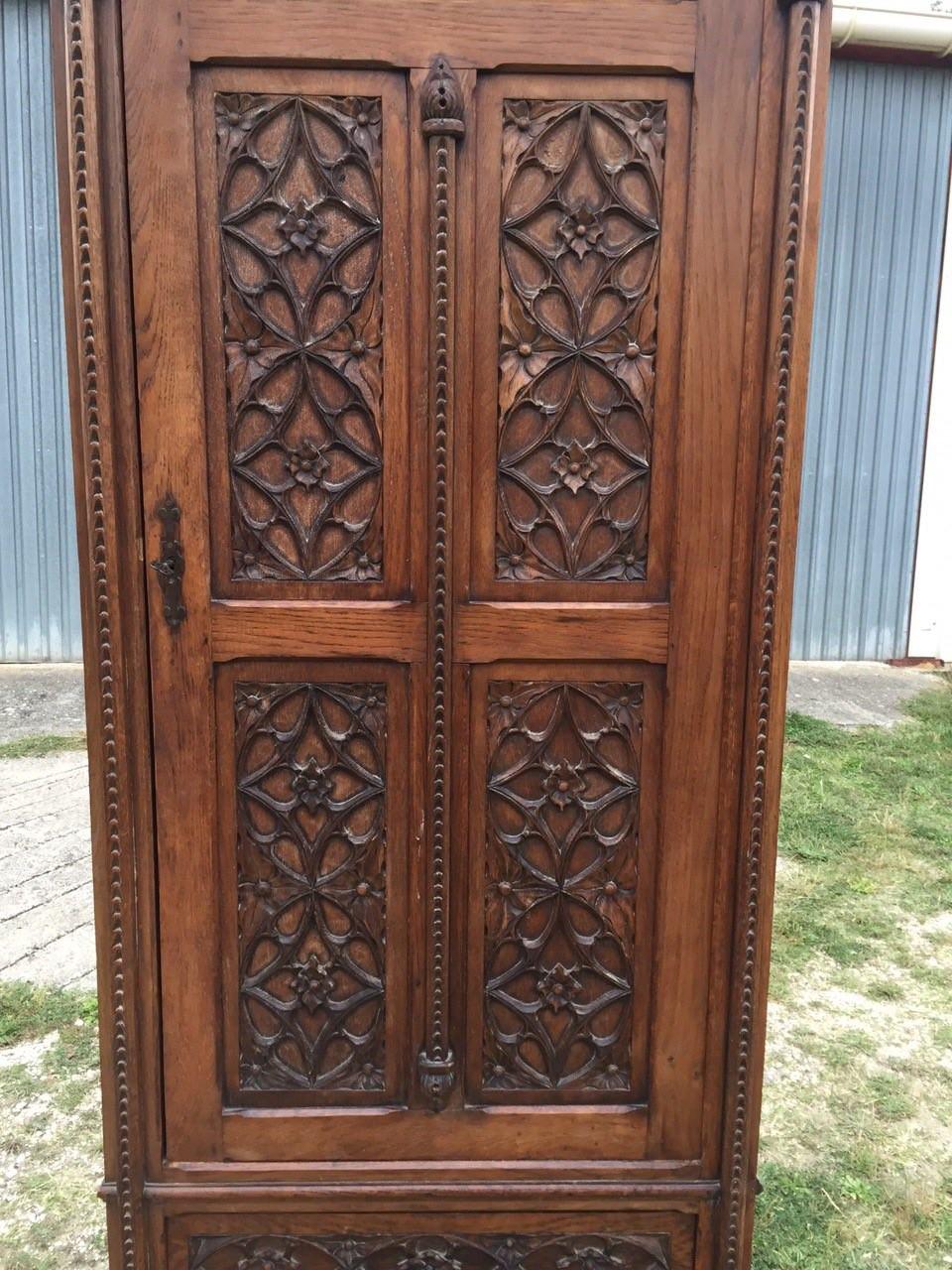 Антикварный дубовый шкаф в стиле Готика