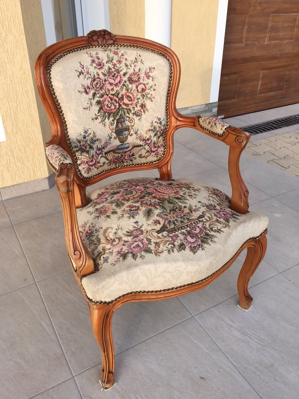 Старинное кресло с гобеленом в стиле Луи XV