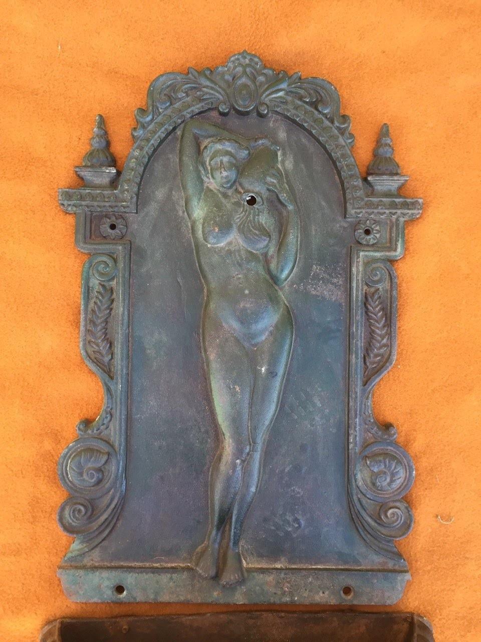 Старинный настенный фонтан с чугуна