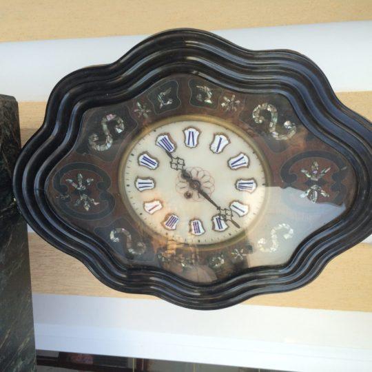 Старинные часы с инкрустациями