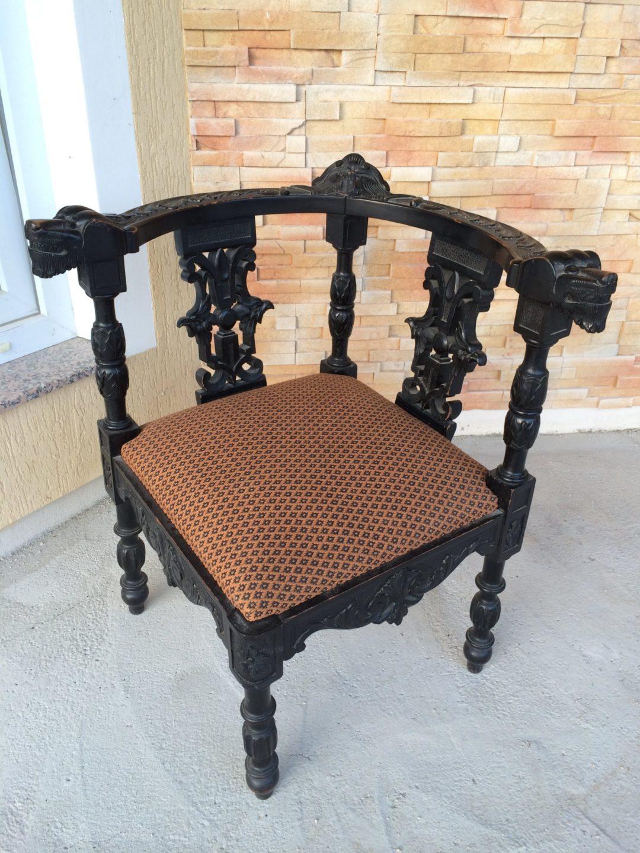 Старинный угловой стул в стиле Ренессанс