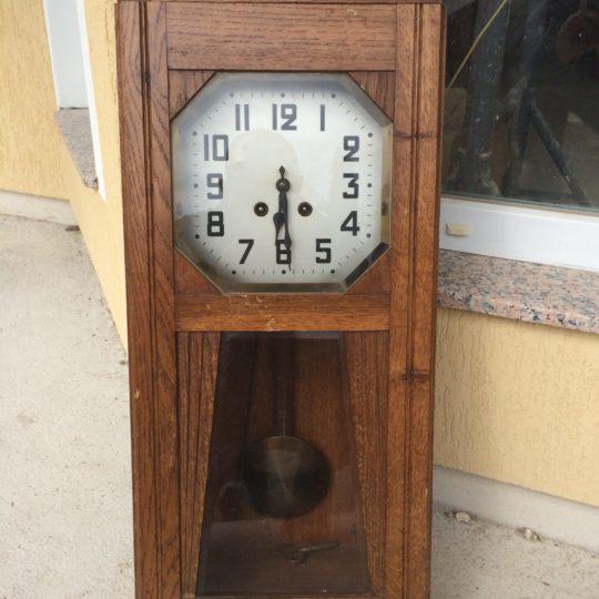 Старинные настенные часы в стиле Арт-деко