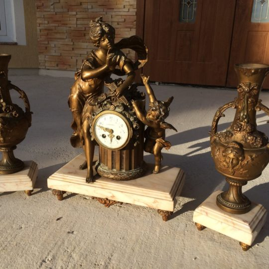 Старинные часы с вазами