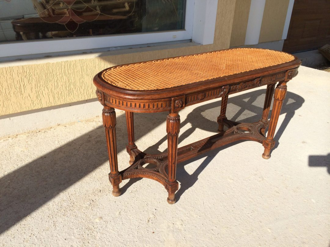 Старинная скамейка в стиле Ренессанс