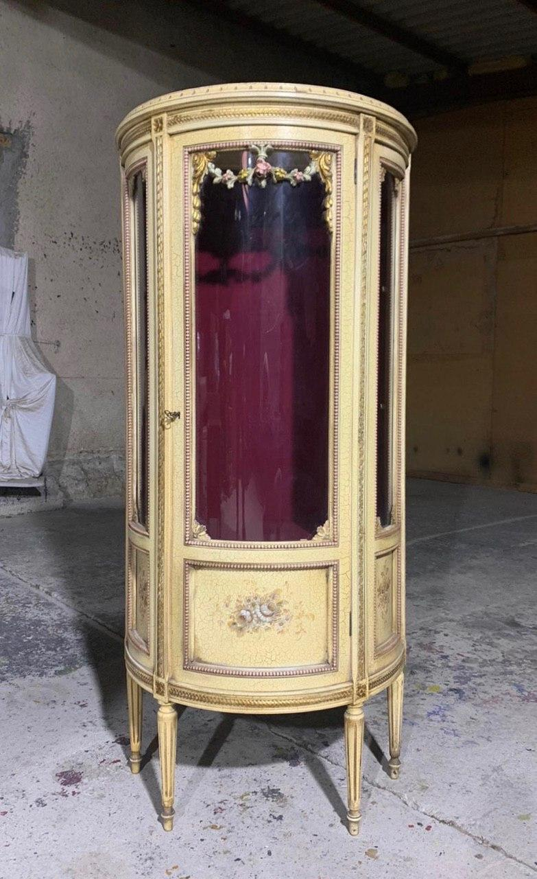 Антикварная витрина