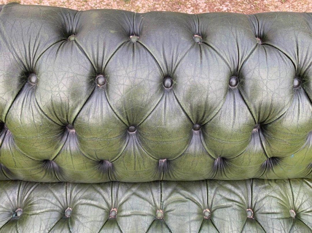 Антикварный кожаный диван в стиле Честерфилд