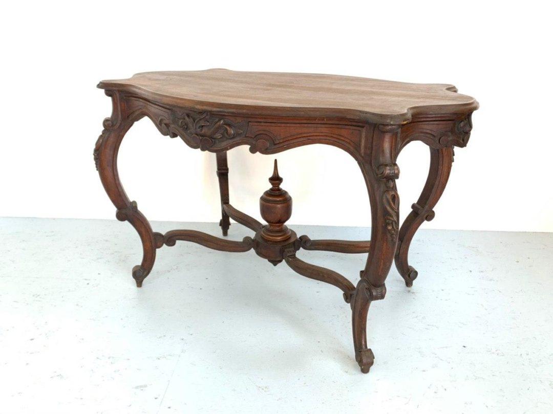 Антикварный стол с гнутыми ножками