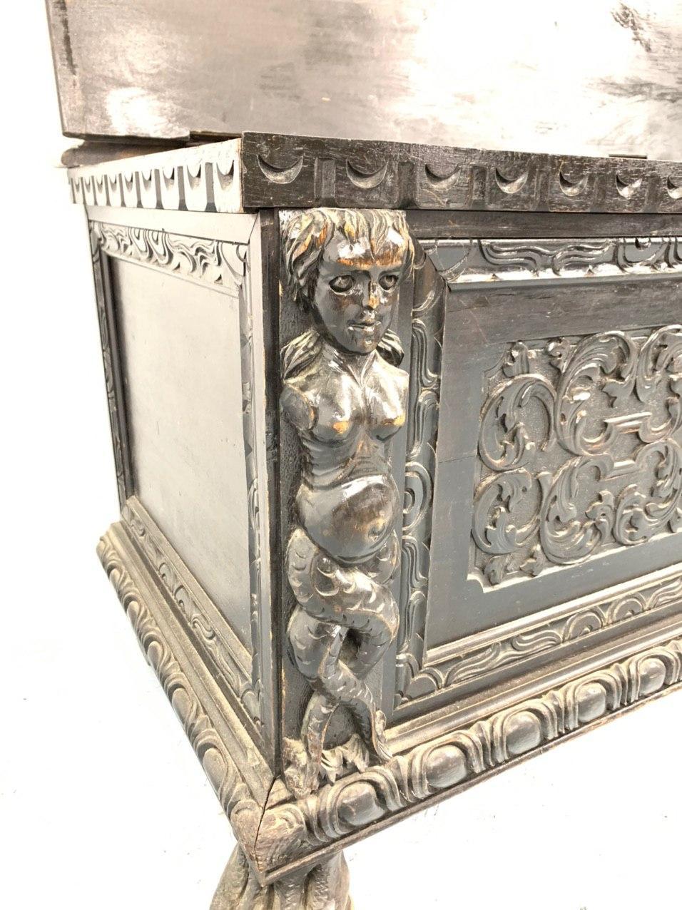Антикварный дубовый сундук в стиле ренессанс