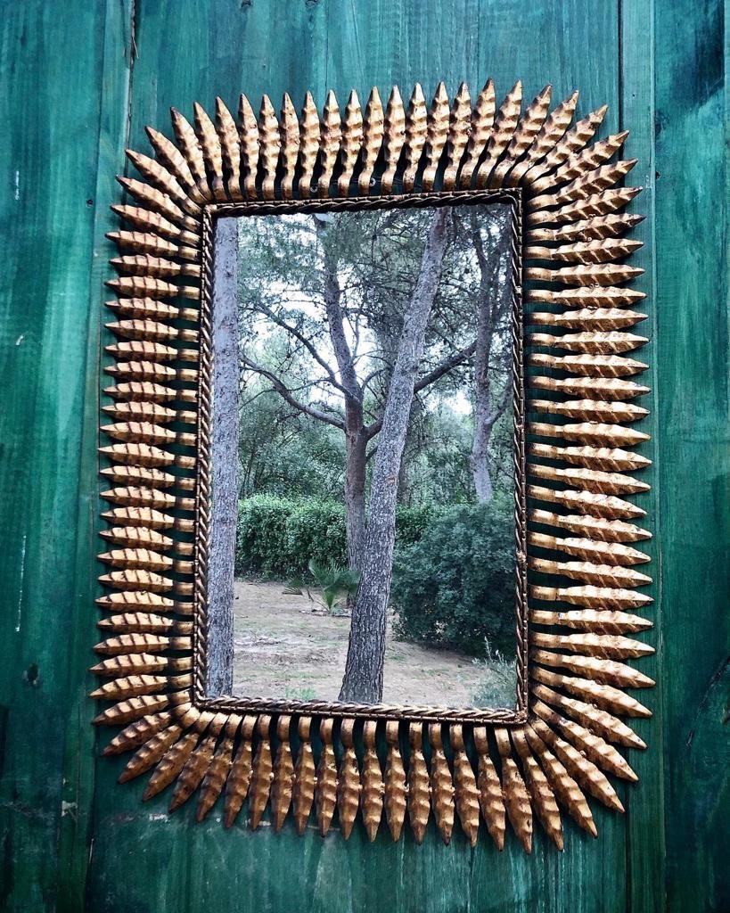 Винтажное зеркало в металлической оправе