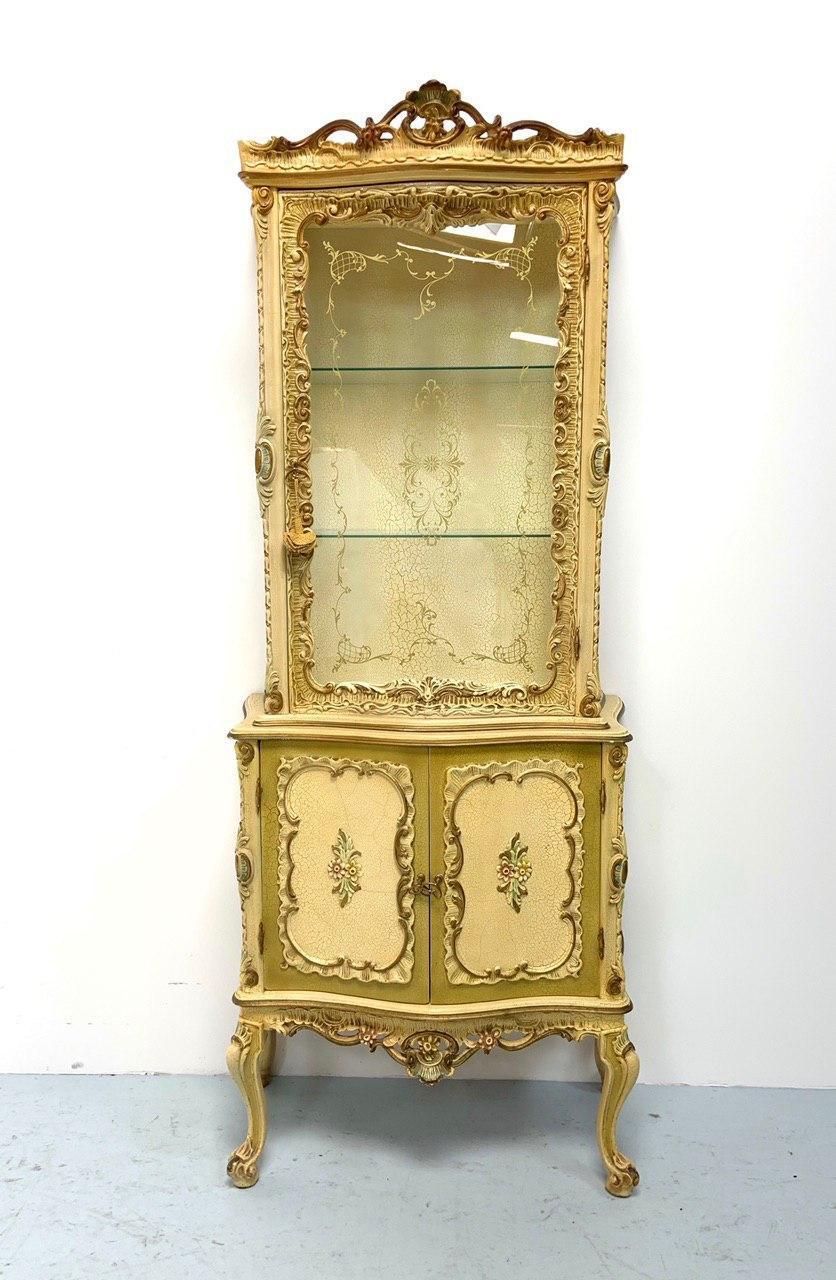 Винтажная расписная витрина в Венецианском стиле