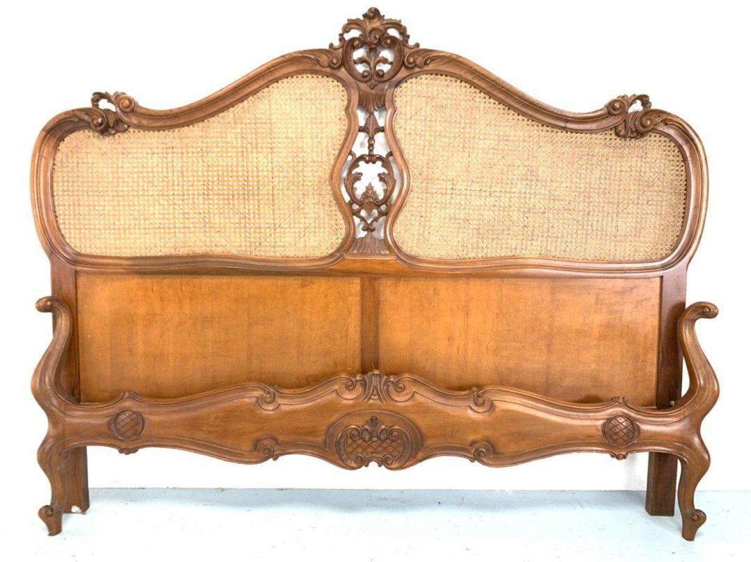 Антикварная ореховая кровать с ротангом в стиле Рококо