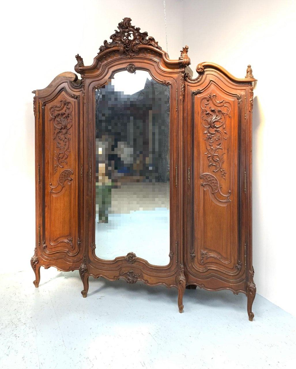 Антикварный шкаф из красного дерева в стиле Рококо