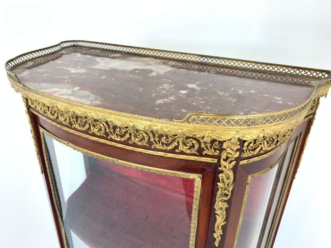 Антикварная витрина эпохи Наполеона III