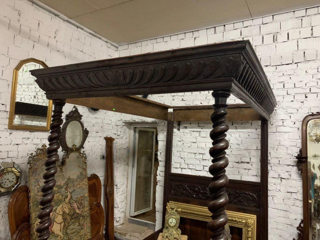 Антикварная кровать с балдахином в стиле Нео-Ренессанс