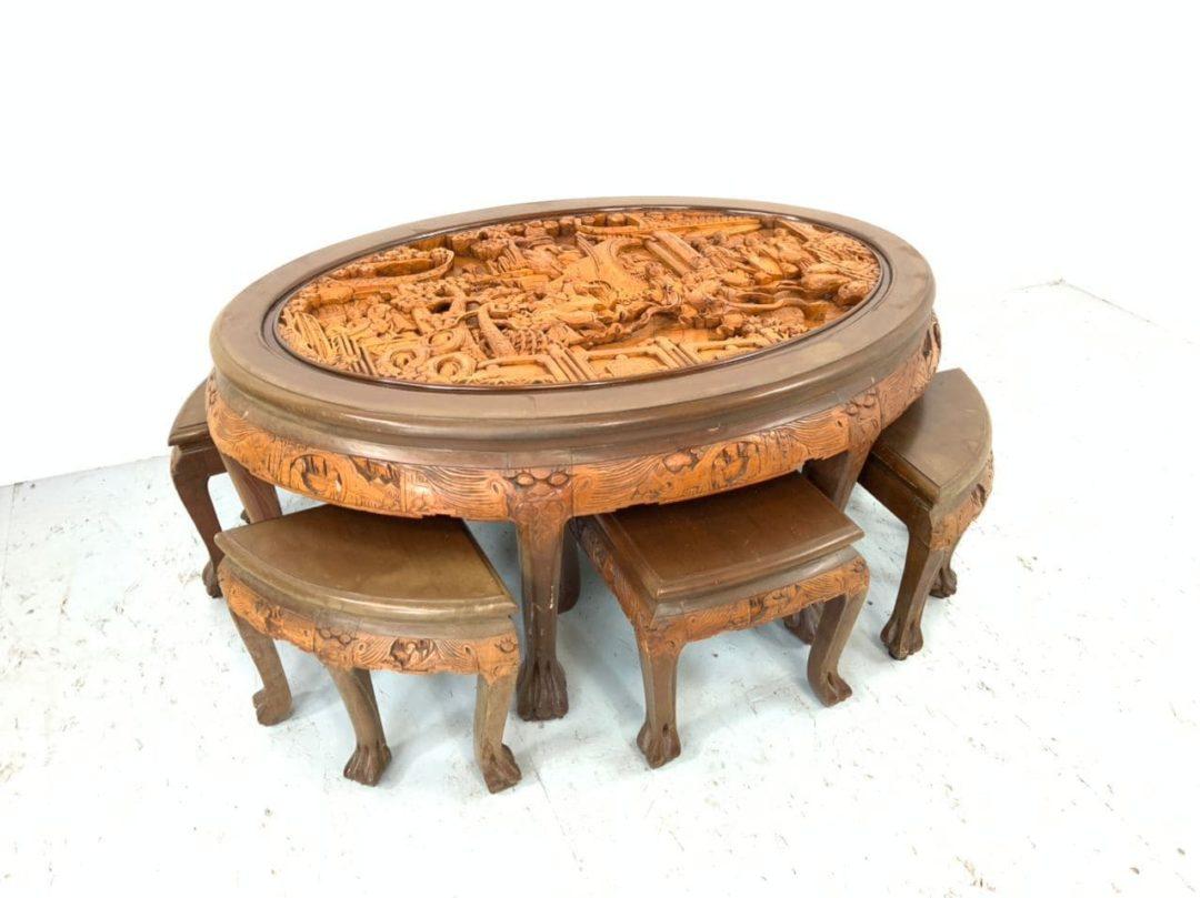 Винтажный столик с табуретами в азиатском стиле