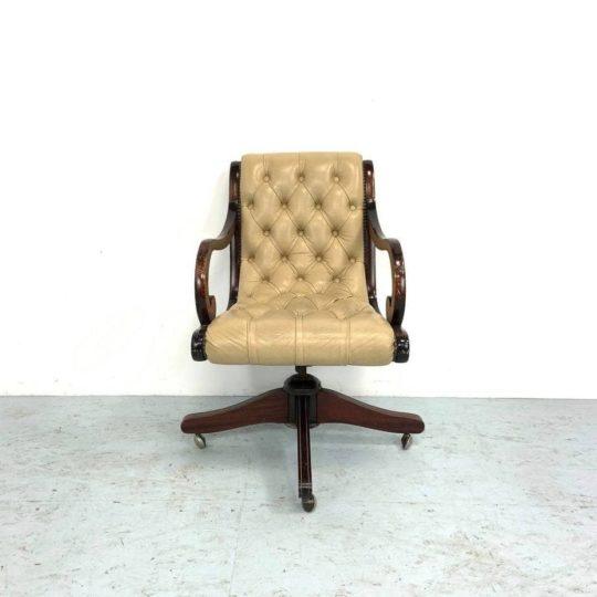 Антикварное кабинетное кресло в стиле Честерфилд