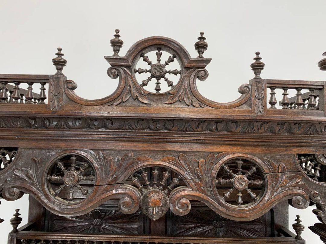 Антикварный посудник в стиле Бретон