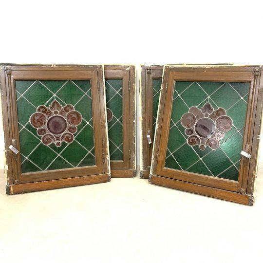 Антикварные окна с витражами и ставнями