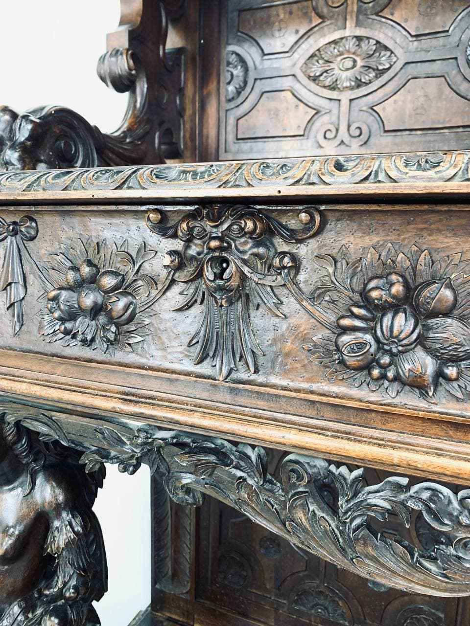 Антикварный поставец в стиле Неоренессанс